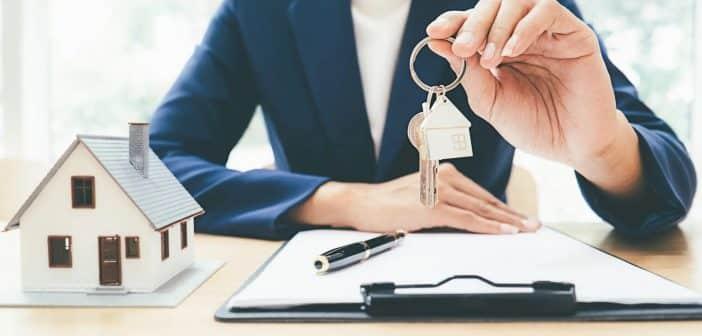 Agent immobilier qui tient des cles